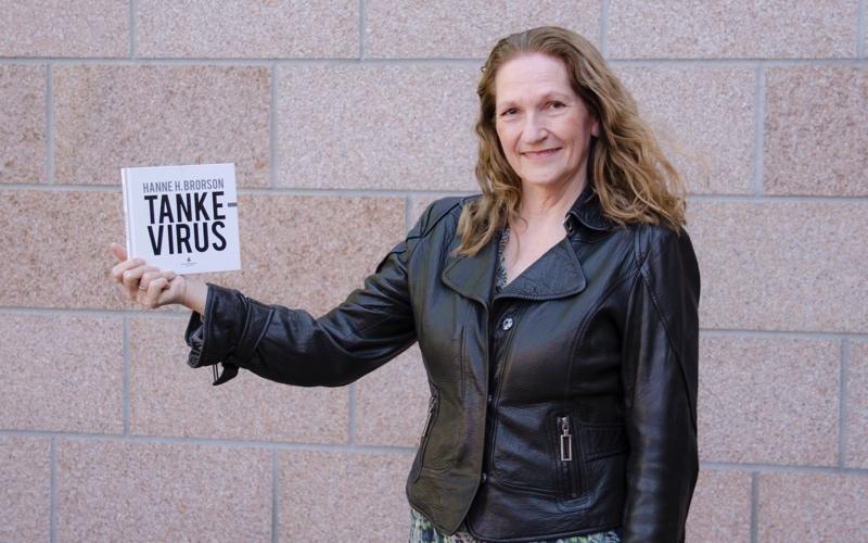 Marit med boken Tankevirus av Hanne H. Brorson